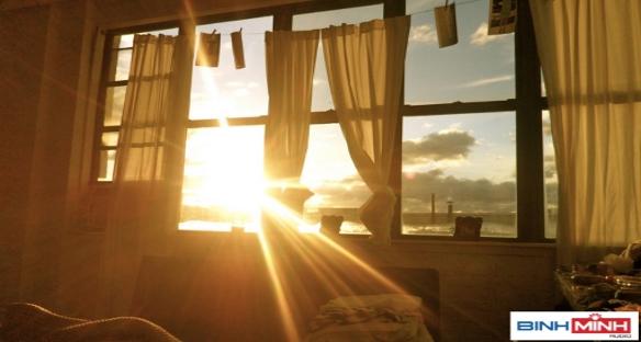 Dùng rèm che ánh nắng để bảo vệ các thiết bị âm thanh